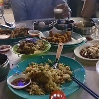 Photo taken at Sungai Pinang Food Court (檳榔河) by Chubin W. on 7/15/2013