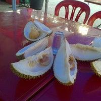Photo taken at Kedai Mek (YINAVIN Seafood) by Abdul Alim A. on 11/4/2013