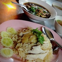 Photo taken at ฮง ข้าวมันไก่ตอน เป็ดพะโล้ by Patarapong T. on 10/9/2014