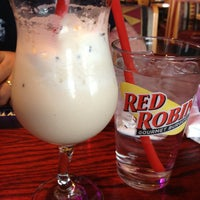 Photo taken at Red Robin Gourmet Burgers by Linda E. on 4/5/2013