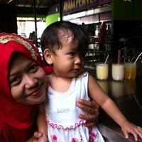 Photo taken at Ayam Penyet Surabaya by Sonny N. on 10/26/2013