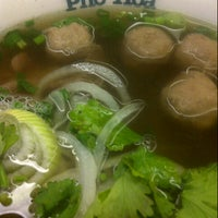 Photo taken at Pho Hoa Noodle Soup by Lee G. on 3/14/2013