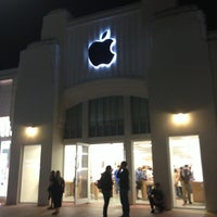 Photo taken at Apple Lincoln Road by Yana L. on 2/28/2013