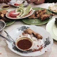 Photo taken at Nasi Uduk & Ayam Goreng Toha by Bonardo A. on 1/24/2015
