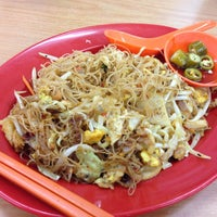 Photo taken at Kedai Kopi dan Makanan Hoe Soon by Fyn S. on 4/20/2013