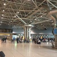 Photo taken at Aeroporto de Lisboa - Chegadas / Arrivals by Rita G. on 12/15/2012