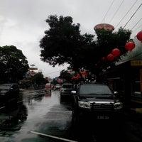 Photo taken at Pusat Oleh-Oleh Khas Semarang by Detri M. on 2/2/2014