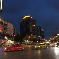Photo taken at Huai Khwang Intersection by ✨Mєsα ڪøsø 💋 on 9/25/2016