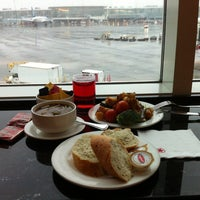 Photo taken at Maple Leaf Lounge (Domestic) by Freddy H. on 12/26/2012