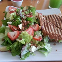 Photo taken at Vallarta Salads by Lic Leticia B. on 7/9/2013
