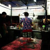 Photo taken at ก๋วยเตี๋ยวนำชัย ตลาดต้นพยอม by Arnon T. on 1/17/2013