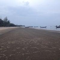 Photo taken at Sa-wan beach,Kantulee Thachana Surattani by Fuse L. on 8/2/2014