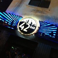Foto tomada en 42nd Street Bar & Coffee por Oscar R. el 9/28/2013