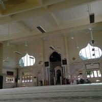 Photo taken at Masjid Telipot (مسجد تليڤوت) by Jembalang T. on 5/20/2013