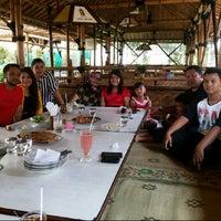 Photo taken at Puri Lesehan & Pancingan Rasa Mirasa by Eb Ratmawan (. on 3/23/2014