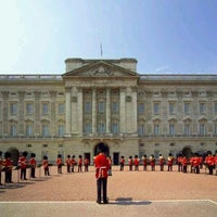 Photo taken at Buckingham Palace by CZcampuseros on 8/20/2013
