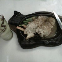Photo taken at Waroeng Steak & Shake by Maria Dwi P. on 4/1/2013