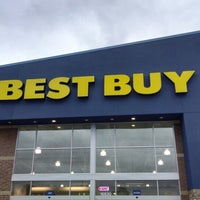 Photo taken at Best Buy by Robert L. on 9/13/2013