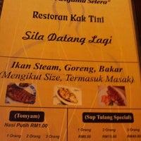 Photo taken at Restoran Kak Tini by Llw W. on 5/19/2013