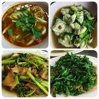 Photo taken at เฮง ข้าวต้มหัวปลา by B▲NK E. on 4/8/2014
