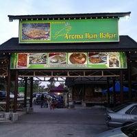 Photo taken at Aroma Ikan Bakar by Ridzwan W. on 5/12/2013