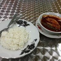 Photo taken at Restoran Lenggong Kuey Teow Kerang by Hafizud O. on 12/24/2012