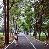 รูปภาพถ่ายที่ Vachirabenjatas Park (Rot Fai Park) โดย YuiYeah เมื่อ 1/26/2013