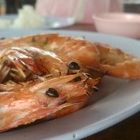 Photo taken at เจ๊อึ่งซีฟู๊ด (ป่าคั่น) Jae Aung Seafood by DAOW P. on 5/21/2016