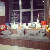 Das Foto wurde bei ocelot, not just another bookstore von Papatya T. am 2/9/2013 aufgenommen