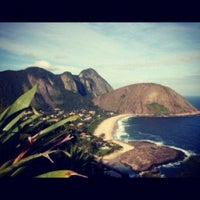 Photo taken at Praia de Itacoatiara by GuiadeNiteroi.com on 10/9/2012
