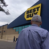 Photo taken at Best Buy by ♉️CrAiG♉️ on 10/31/2014