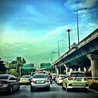Photo taken at ทางพิเศษศรีรัช ส่วน C (Si Rat Expressway Sector C) by Sandy K. on 5/23/2016