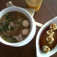 Photo taken at Sen Lek Thai Noodle by Jamela Q. on 12/10/2012