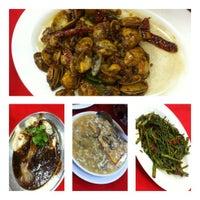 Photo taken at 美和海鲜餐馆 by Ken W. on 11/17/2012
