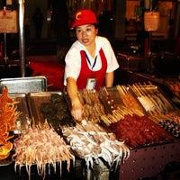 Photo taken at 王府井小吃街 Wangfujing Food Alley by Zé Renato C. on 9/19/2012