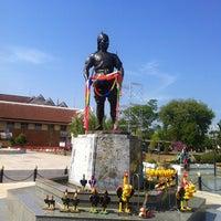 Photo taken at Phraya Pichai Dab Hak Monument by Parinya Y. on 12/31/2012