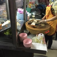 Photo taken at วาเลนข้าวมันไก่ by Panporn P. on 8/5/2016