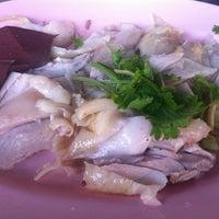 Photo taken at ข้าวมันไก่ เม้งเจริญโภชนา by .🎀👧Benz A. on 11/4/2012