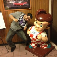 Photo taken at Bob's Big Boy by Gabriel T. on 4/6/2013