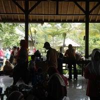 Photo taken at Restoran Kampung Nirwana by Roy C. on 11/29/2014