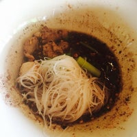 Photo taken at Po Prateep Noodle by ᘉoeyuncenz🍒 on 6/24/2014