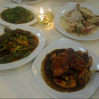 Photo taken at Sampan Seafood by Maya R. on 5/1/2013