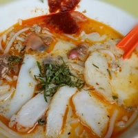 Photo taken at Sungei Road Laksa by Seow Ling N. on 5/6/2014