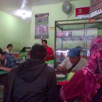 Photo taken at Pecel & Rawon Glintung Bu Yatirah by Deniratna on 8/2/2014