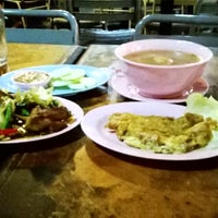 Photo taken at Mid-Night Food Centre (MFC Tomyam) by Max A. on 11/26/2013