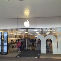 Photo taken at Apple Store, Old Orchard by Trim K. on 2/18/2013