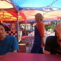 Photo taken at Awe Tomyam & Seafood by Syafieq R. on 6/23/2012