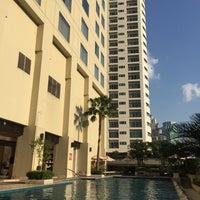 Photo taken at Sukhumvit Park, Bangkok - Marriott Executive Apartments by はっち on 12/30/2015