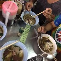Photo taken at ก๋วยจั๊บ อ้วนเยาวราช @ พัทยา by Palm S. on 6/7/2016