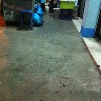 Photo taken at ร้านนมปั่นป้าน้อย 4 แยกห้างฉัตร by CISUM. 🎤 on 3/9/2016
